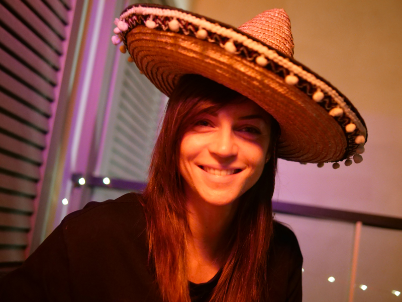 portrait-sourire-femme-sombrero-arttractiv